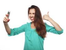 Recht jugendlich Mädchen, das selfies nimmt Stockfotografie