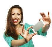 Recht jugendlich Mädchen, das selfies nimmt Stockbilder