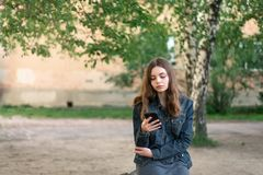 Recht jugendlich Mädchen, das Telefon im Social Media verwendet Stockbild