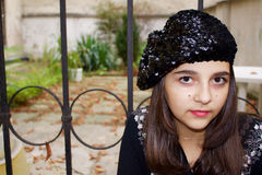 Recht jugendlich Mädchen in einem schwarzen u. weißen Porträt des Baretts Lizenzfreie Stockfotografie