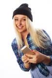 Recht jugendlich Mädchen mit intelligentem Telefon Lizenzfreie Stockfotos