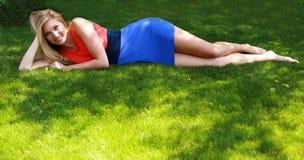 Recht jugendlich Mädchenbaumuster im Gras Stockfoto