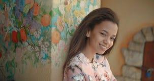 Recht junge afroe-amerikanisch Frau, die zu einer Kamera lächelt Stockfoto