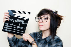 Recht junge alternative jugendlich Frau mit Filmscharnierventil Lizenzfreie Stockfotos
