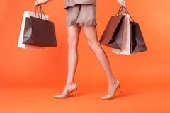 Recht junge angeredete Frau kauft mit Freude Stockfotos
