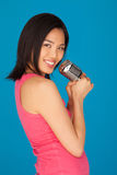 Recht junge asiatische Frau mit einem Mikrofon lizenzfreies stockbild