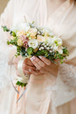 Recht junge blonde Braut mit dem luxuriösen langen gelockten Haar Lizenzfreies Stockfoto