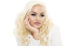 Recht junge blonde Frau, die auf ihrer Hand sich lehnt Lizenzfreies Stockbild