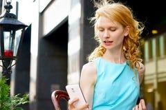 Recht junge blonde Frau, die selfie machend aufwirft Lizenzfreie Stockfotografie