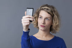 Recht junge blonde Frau, die selfie nimmt Lizenzfreie Stockbilder