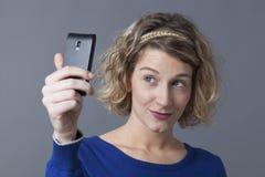 Recht junge blonde Frau, die selfie nimmt Stockfotos