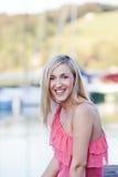 Recht junge blonde Frau draußen Lizenzfreie Stockfotos