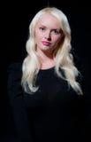 Recht junge blonde Frau im Schwarzen Lizenzfreie Stockfotos