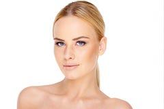 Recht junge blonde Frau mit blauen Augen Lizenzfreie Stockfotos