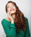 Recht junge blonde Frau mit dem gelockten Haar Stockfotografie
