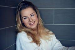 Recht junge blonde Frau mit einem glücklichen aufrichtigen Lächeln Lizenzfreies Stockfoto