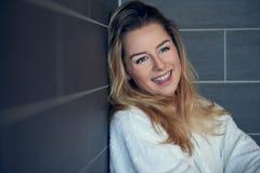 Recht junge blonde Frau mit einem glücklichen aufrichtigen Lächeln Stockbilder