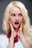 Recht junge blonde Frau mit rotem Schal Lizenzfreie Stockfotografie