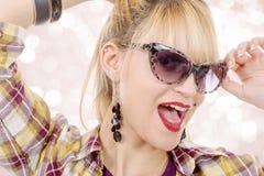 Recht junge blonde Frau mit Sonnenbrille Stockfoto