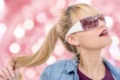 Recht junge blonde Frau mit Sonnenbrille Lizenzfreie Stockfotografie