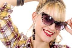 Recht junge blonde Frau mit Sonnenbrille Lizenzfreies Stockfoto