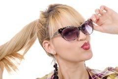 Recht junge blonde Frau mit Sonnenbrille Stockbild