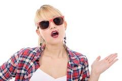Recht junge blonde Frau mit Sonnenbrille, auf Weiß Stockfoto