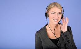 Recht junge blonde Geschäftsfrau Lizenzfreie Stockfotos