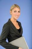 Recht junge blonde Geschäftsfrau Stockfotografie