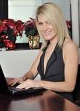 Recht junge blonde Geschäftsfrau Stockfoto