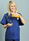 Recht junge blonde Gesundheitspflegefachmannpillen Stockfotografie