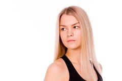 Recht junge blonde sportliche Frau, die zurück schaut Lizenzfreies Stockfoto