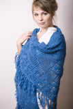 Recht junge blonde wirkliche Frau mit Wollverpackung im Studio Stockfotografie