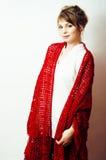 Recht junge blonde wirkliche Frau mit Wollverpackung im Studio auf Weiß Stockfotografie