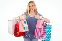 Recht junge Blondine, die Einkaufstaschen hält Stockbilder