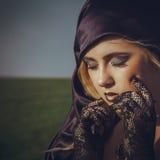 Recht junge Blondine mit geschlossenen Augen in der Haube lizenzfreies stockfoto