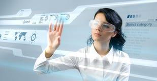 Recht junge Dame, die neue Technologien einsetzt Lizenzfreie Stockfotografie