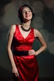 Recht junge Dame in einem stilvollen roten Kleid Stockbild