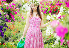 Recht junge Dame im wohlriechenden Garten Stockfoto