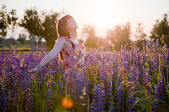 Recht junge Frau auf dem Sonnenuntergang Stockbild