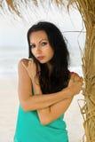 Recht junge Frau auf dem Strand Stockfotografie