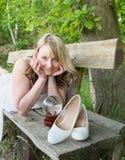 Recht junge Frau auf einer Holzbank Stockfoto