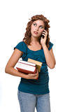 Recht junge Frau auf Handy Stockbilder