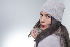Recht junge Frau auf Wintermode Stockfotos