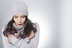 Recht junge Frau auf Wintermode Stockbilder