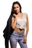 Recht junge Frau in der Bluse, die eine schwarze Lederjacke hält lizenzfreies stockfoto