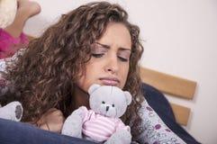 Recht junge Frau in der falschen Stimmung Stockfotos