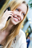 Recht junge Frau, die auf dem Smartphone spricht Lizenzfreies Stockfoto