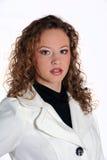 Recht junge Frau, die auf einem weißen Hintergrund aufwirft Lizenzfreies Stockfoto
