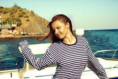 Recht junge Frau, die auf Strand steht Stockbild
